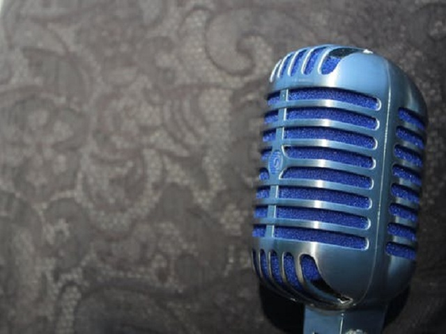 En blå mikrofon